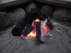 囲炉裏に、炭たっぷり
