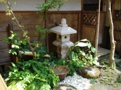 庭の一隅にある、手製の茶室