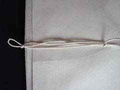 くるまれている紐の端をひっぱると、簡単に解けます