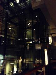 エレベータから透けてみえる仏像がなんともいい